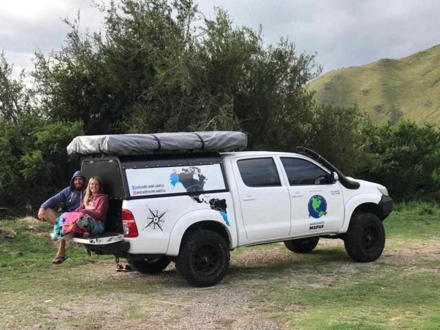 Pareja local viaja a Alaska en camioneta y por etapas