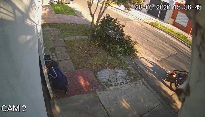 Alertan sobre posible ladrón que husmea por las cerraduras de las casas
