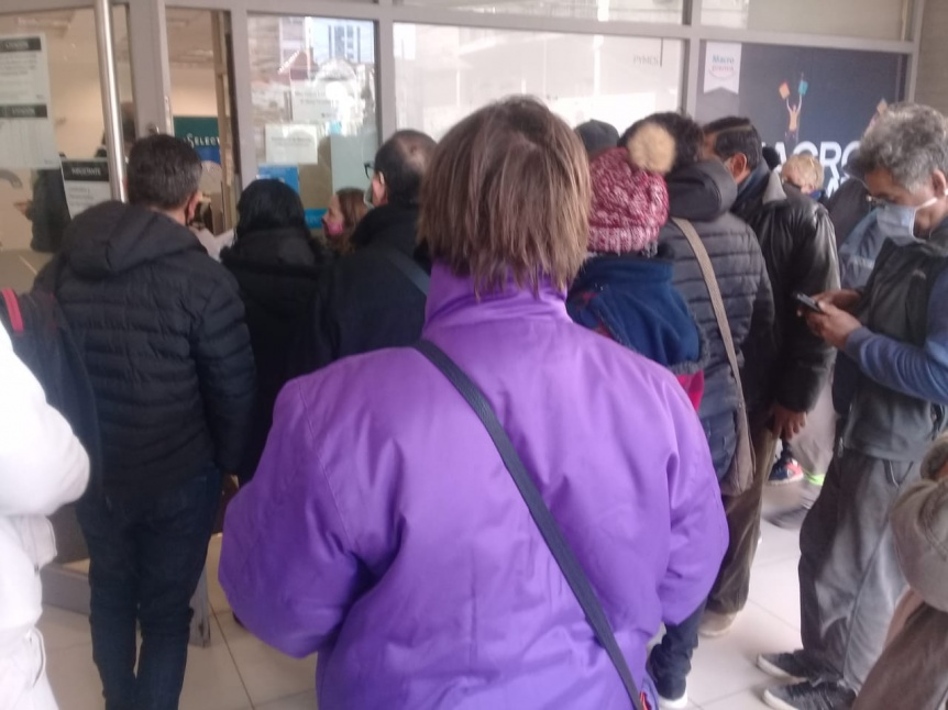 Denuncian amontonamiento frente a un banco de Quilmes
