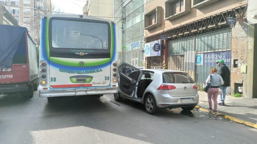 Colectivo le arranc� una puerta a un auto en Quilmes centro