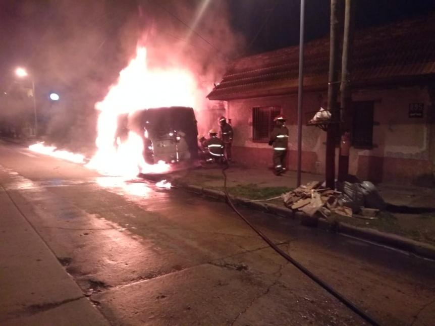 Ardió una camioneta estacionada en Solano