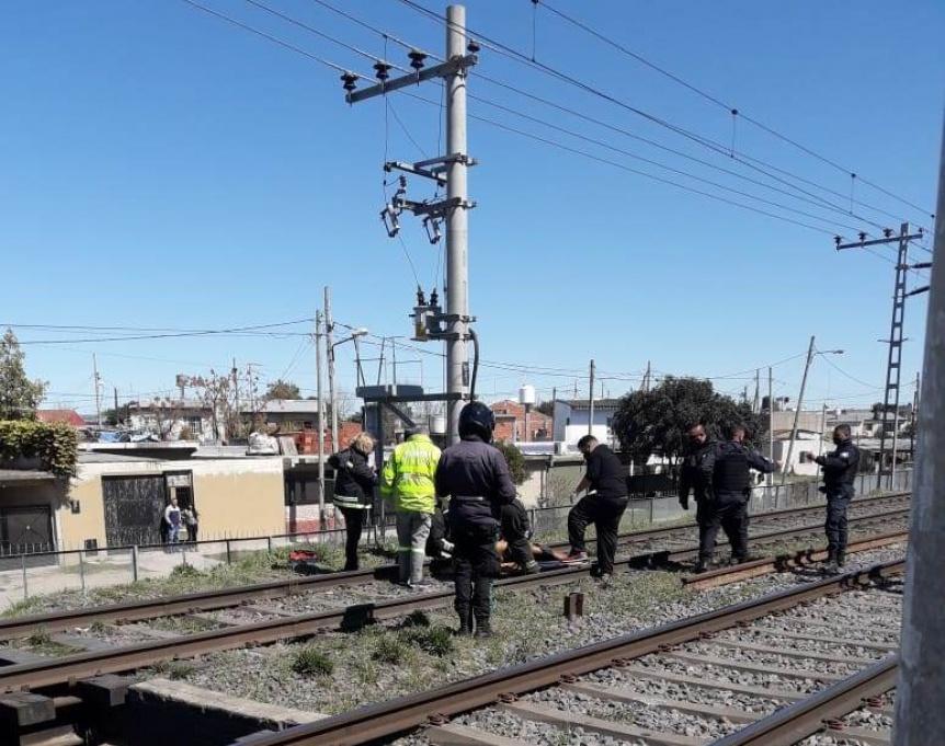 Varela: Un vecino se electrocutó en las vías del tren