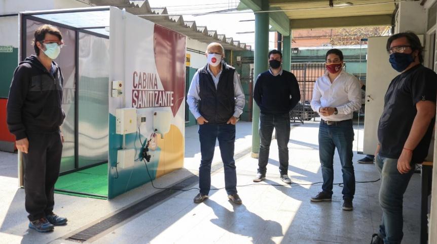 Emprendedores construyeron una cabina sanitizante para el Municipio de Lan�s