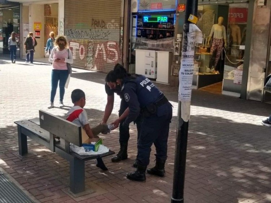 Dos oficiales le regalaron zapatillas a un ni�o descalzo en la peatonal Rivadavia