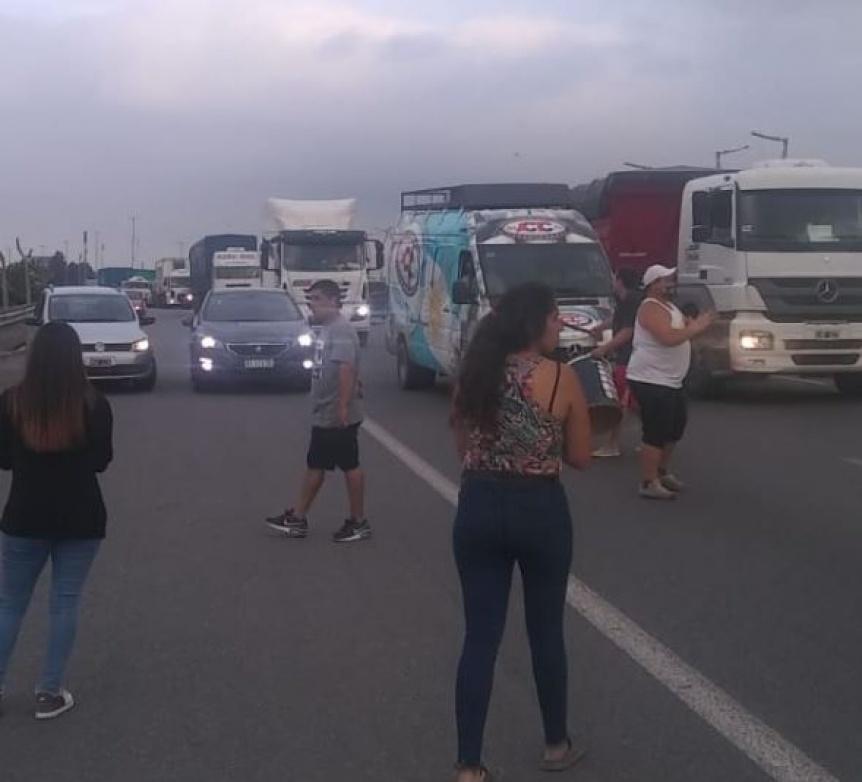 Cortaron la Autopista para reclamar por la muerte de un joven asesinado en la Ribera