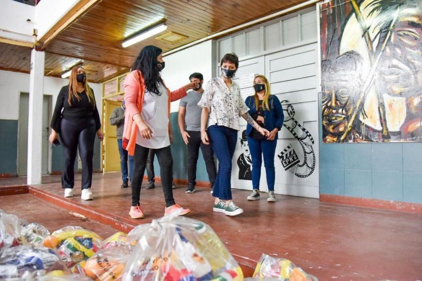 Mayra Mendoza encabezó la entrega de alimentos en la EP N° 2 del Barrio La Paz