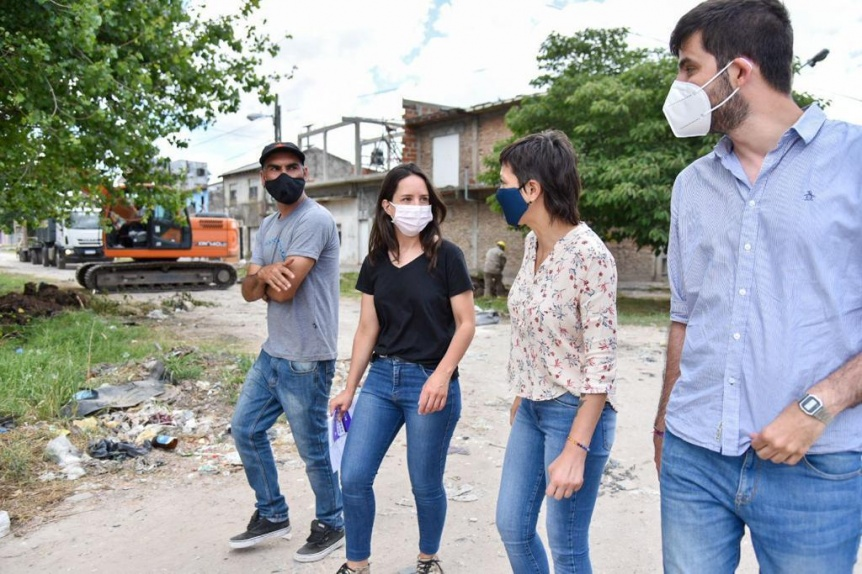 Mayra Mendoza en el inicio de un pavimento en Solano charló con vecinos