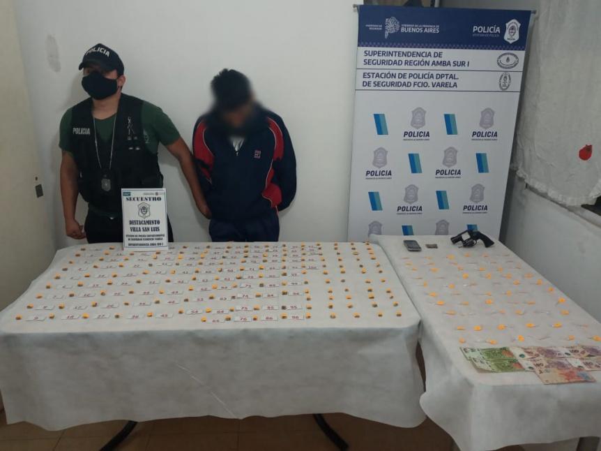 Aprehenden a presunto vendedor de drogas armado en La Capilla