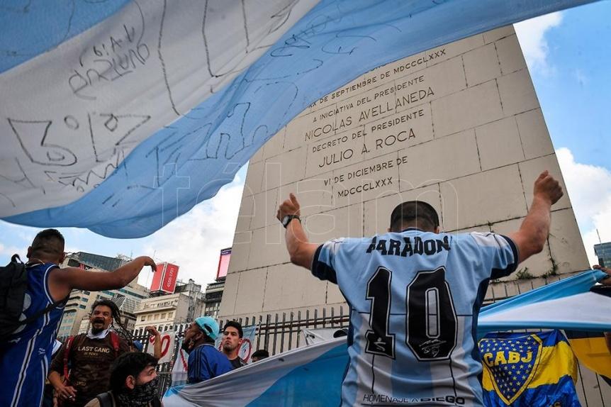 Miles de hinchas despidieron a Maradona en las calles