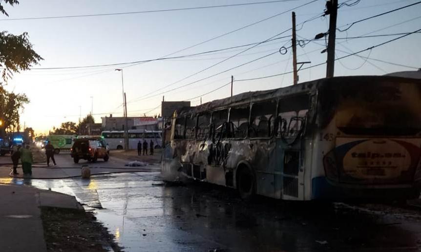 Motociclista murió atropellado por un colectivo que luego se incendió