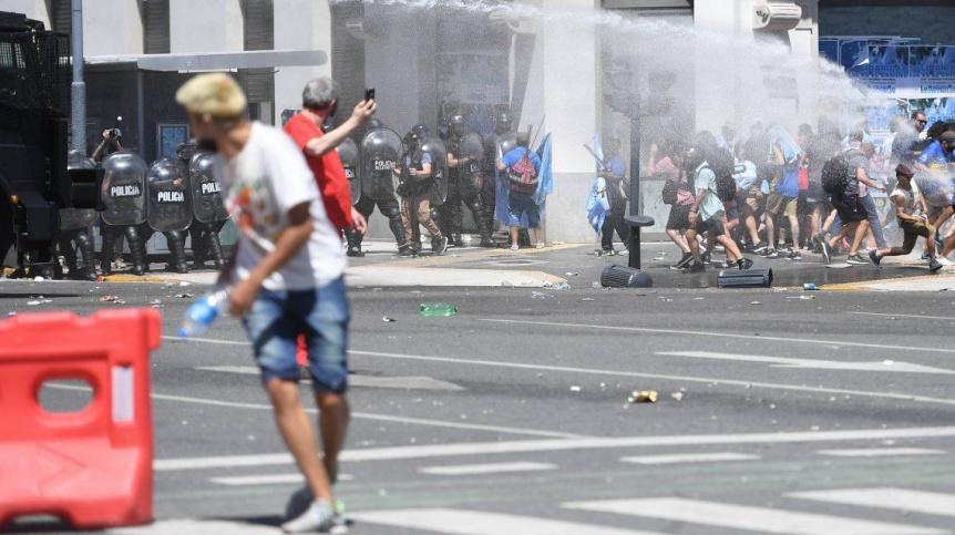 Denunciaron al Gobierno porteño por la represión en el velatorio de Maradona