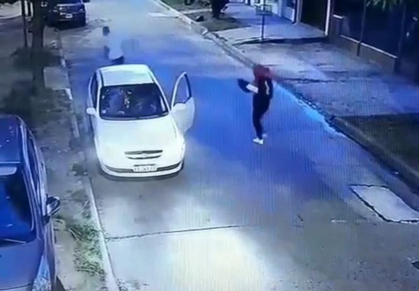 Bajó a entregar un pedido y le robaron el auto