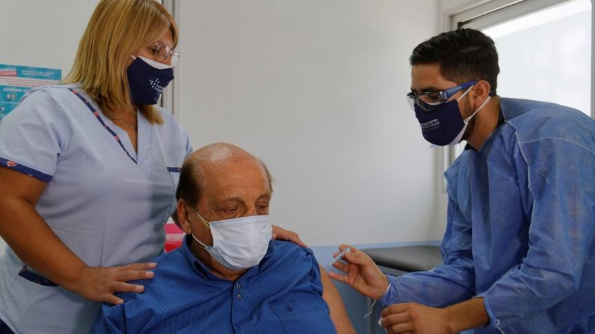 Mussi también se vacunó y fue el primer Intendente mayor de 60 años en hacerlo